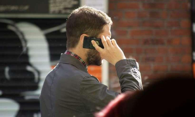 Mężczyzna rozmawiający przez telefon komórkowy