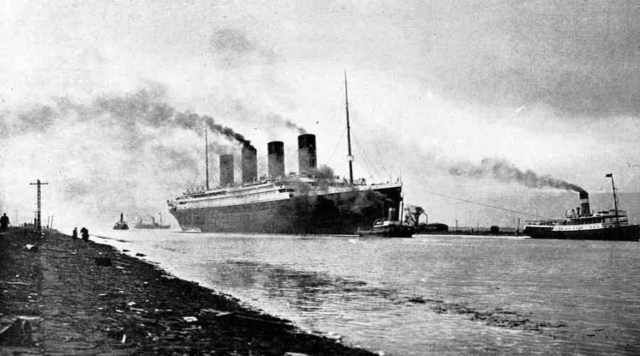 Titanic wypływający z portu
