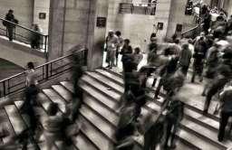 Tłum ludzi na schodach