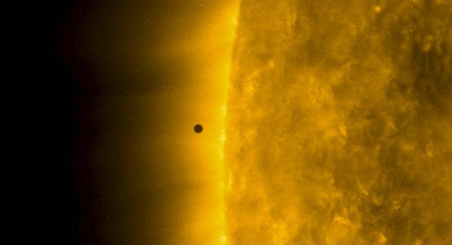 Tranzyt Merkurego na tle tarczy Słońca