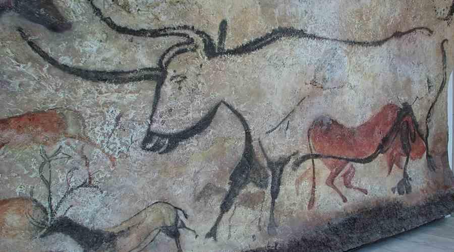 Malowidła naskalne przedstawiające tura i jelenie