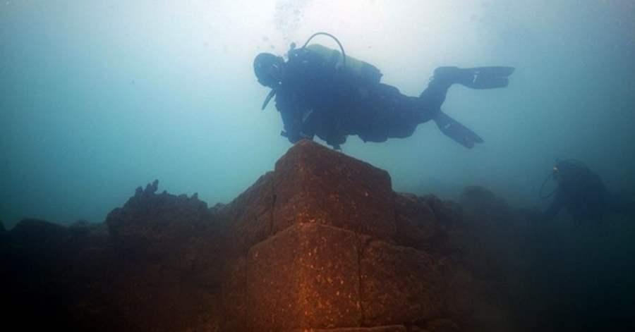 Ruiny na dnie jeziora Wan