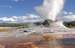 Gejzer podczas erupcji w Parku Narodowym Yellowstone