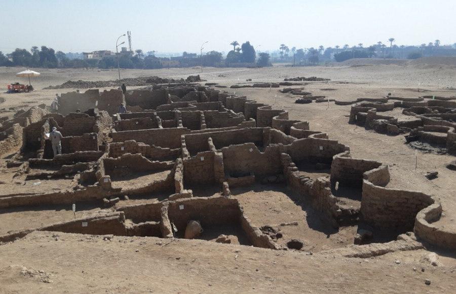 """Archeolodzy odkryli w Egipcie zaginione """"złote miasto"""" sprzed 3400 lat"""