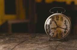 Stary zegar stołowy